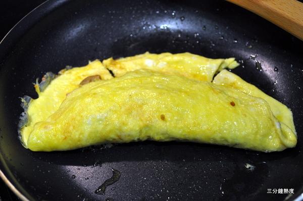8. 在蛋餅全熟之前,小心的把蛋餅對折,將歐姆蛋的餡料包在中間,在加熱一下,就可以起鍋上菜啦!