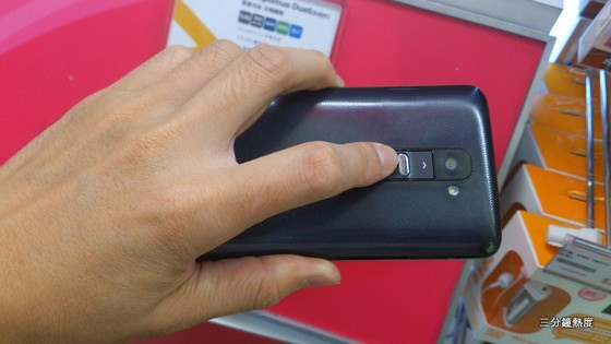 LG G2 手指容易摸到鏡頭