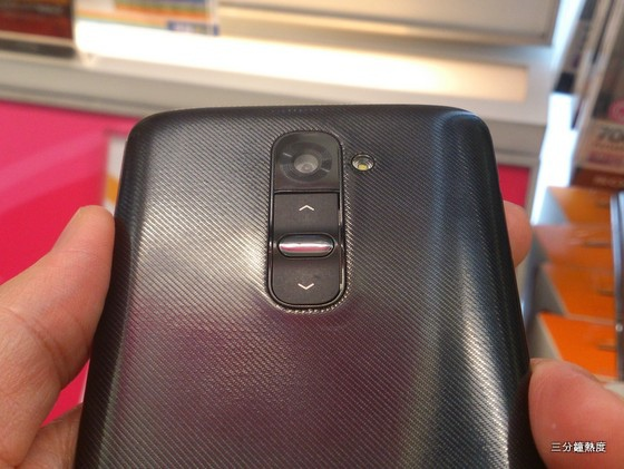 LG G2 按鍵在背面,很不方便