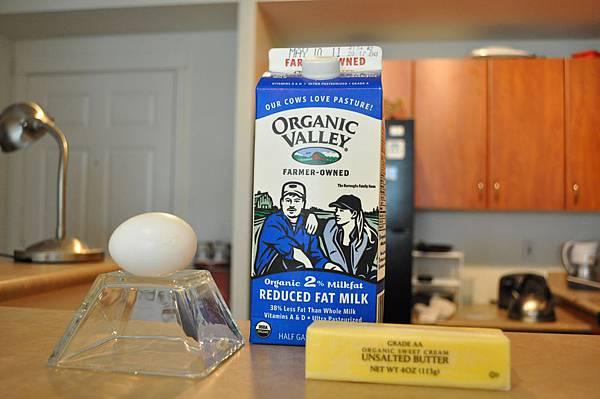鬆餅麵糊的材料:牛奶、雞蛋、奶油