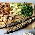 兩尾秋刀魚