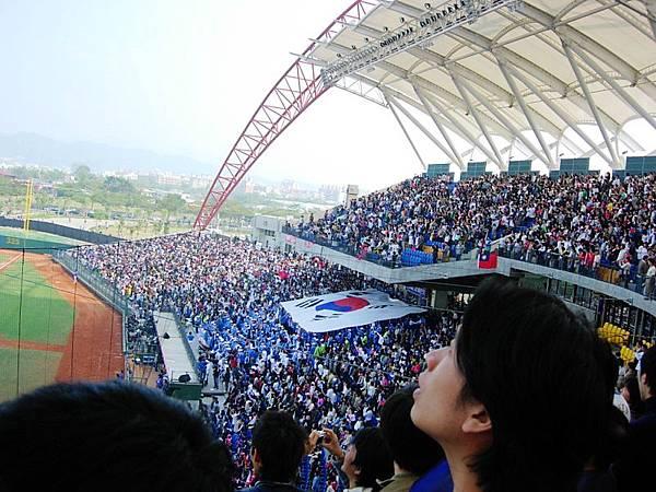 新球場,看台外圍遮幕很有設計感!