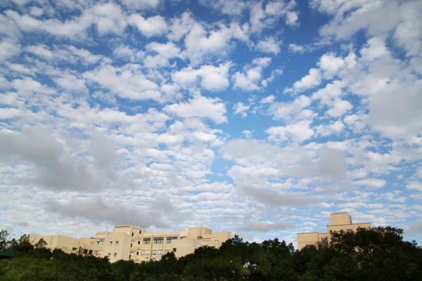 遠眺管二雲空