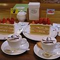咖啡和超大的草莓蛋糕