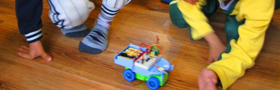 會自己轉彎的聰明電子車