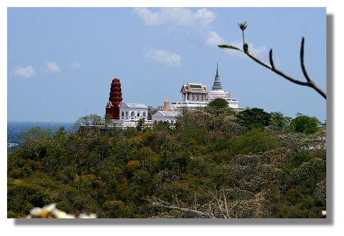 從Khao Wang遠眺附近山頭之佛寺