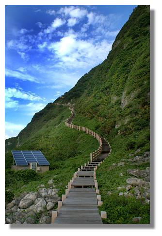 上基隆嶼燈塔的步道