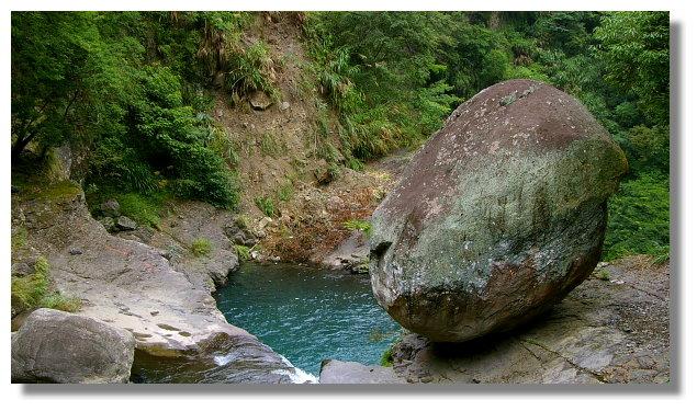 小烏來瀑布旁的風動石