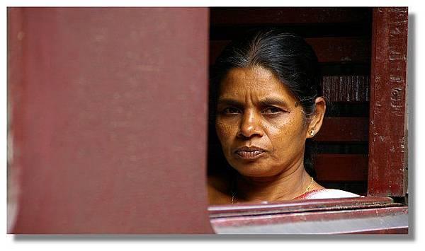 斯里蘭卡火車上的婦女