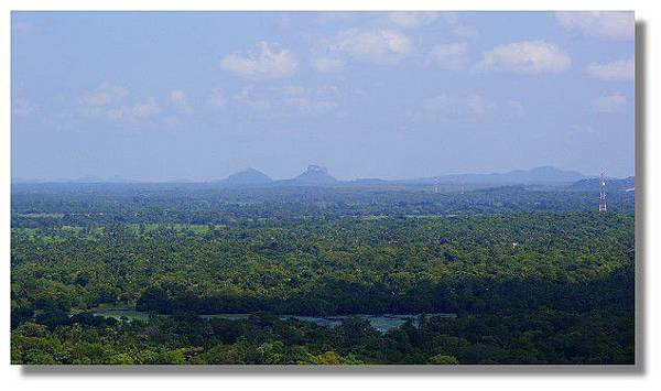 由丹布拉石窟廟(Dambulla Cave Temples)遠眺獅子岩(Sigiriya)