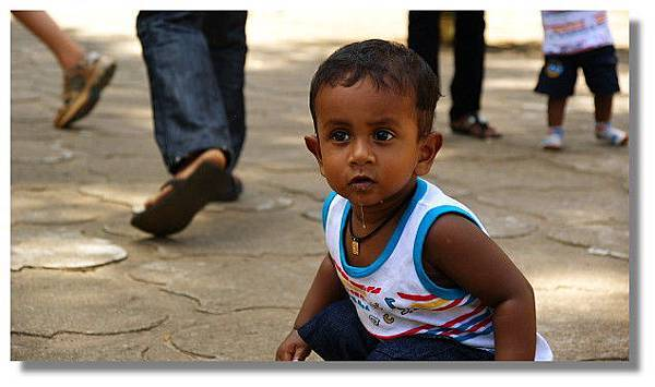 丹布拉金廟(Dambulla Golden Temple)廣場上的小孩