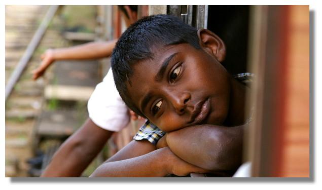 斯里蘭卡火車上的男童