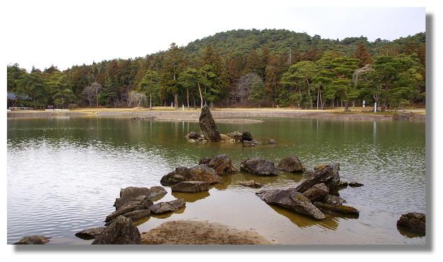 平泉毛越寺大泉が池(出島石組と池中立石)