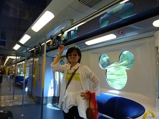 迪士尼列車內2.JPG