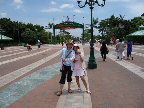 迪士尼園區大門口.JPG