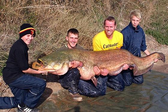 英國13歲男孩180斤巨大鯰魚2.jpg