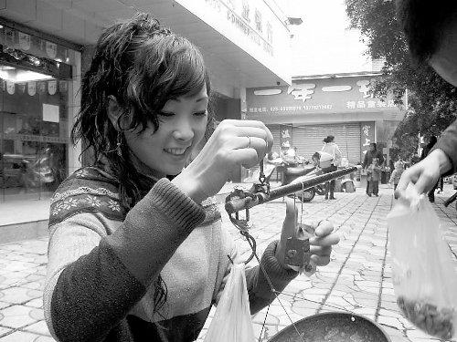 堅果女孩 張開娟 走紅 街頭甜美笑容1.jpg