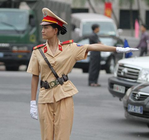 越南女交警美麗動人2.jpg