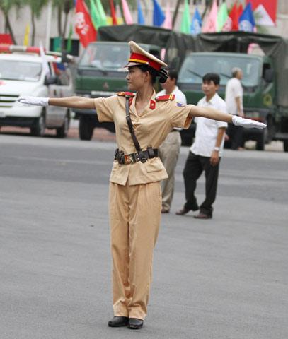 越南女交警美麗動人1.jpg