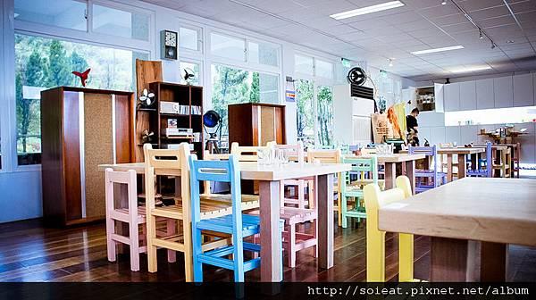 德佈咖啡 石門店 國小課桌椅