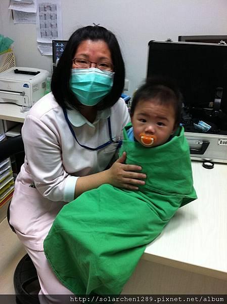 好心的護士幫忙安撫