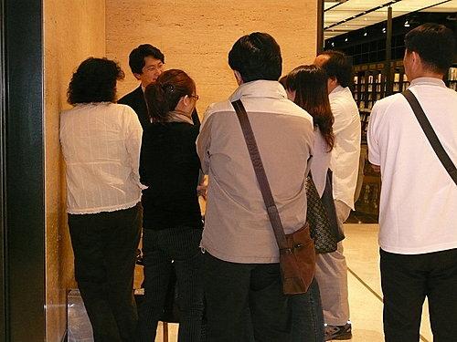 2008年4月王志鈞於台北信義誠品演講會後的簽書的狀況