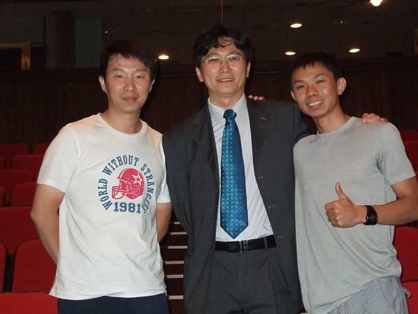 王志鈞於台北大型演講會後與志工的合影!