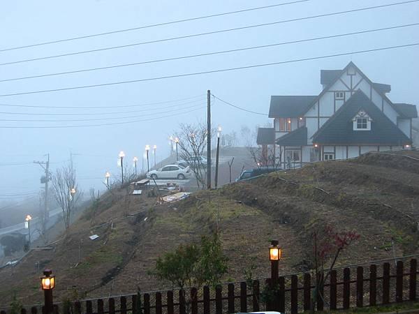 17-07對面的旅館-起霧了1