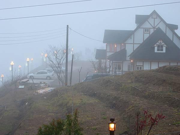 17-07對面的旅館-起霧了