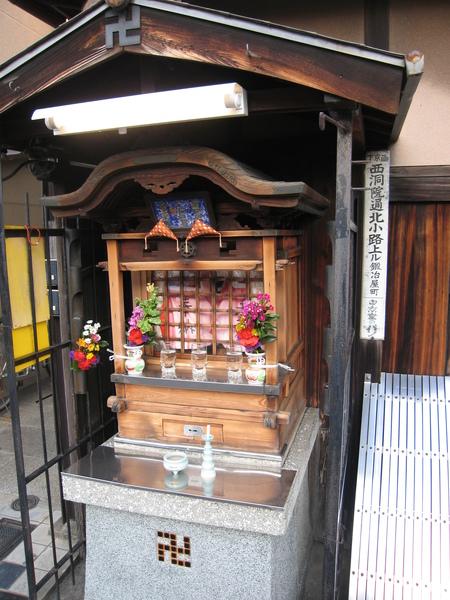 日本街道隨處可見的可愛小廟.JPG