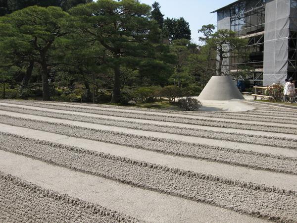 銀閣寺之枯山水與整修中的望月台.JPG