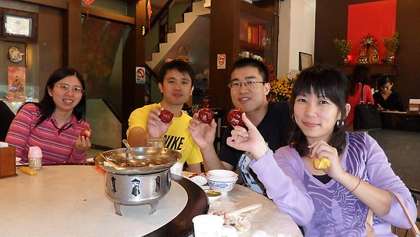 先在東港享用海鮮午餐.JPG