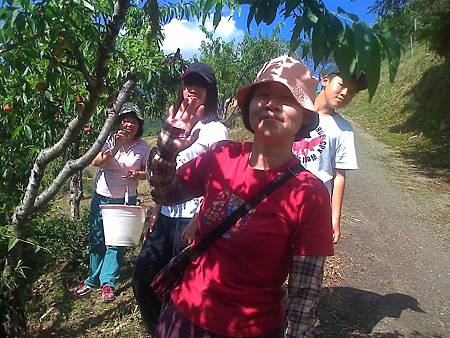 同學李明凉的太太阿珍與孩子農場採水蜜桃