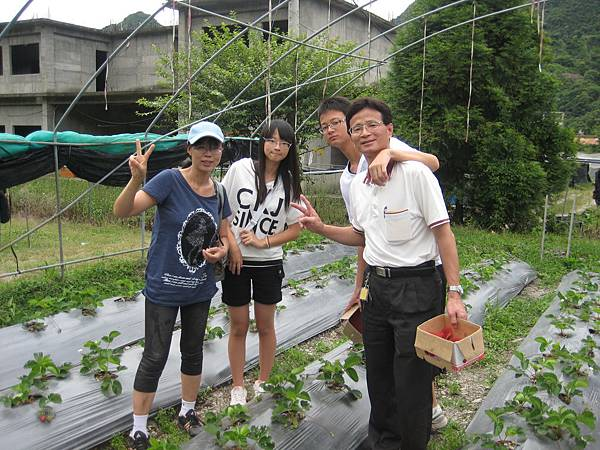 同學江修章全家農場採草莓