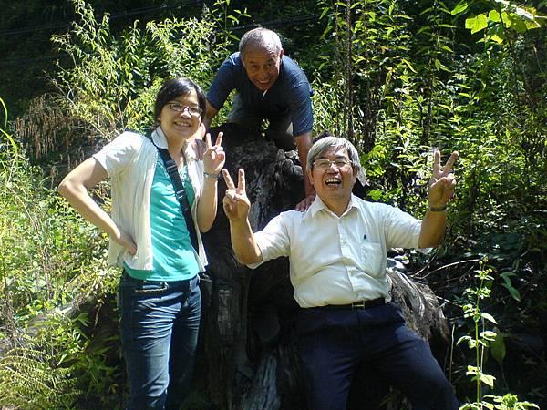 部達和吳博士、何博士野溪溫泉頭合影