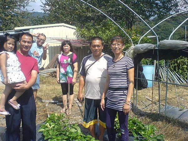 表姊及表姐夫參觀草莓園