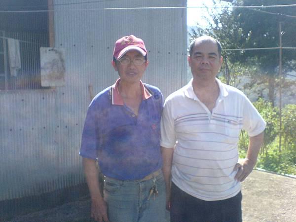 薛先生和國賓茶園工寮合影