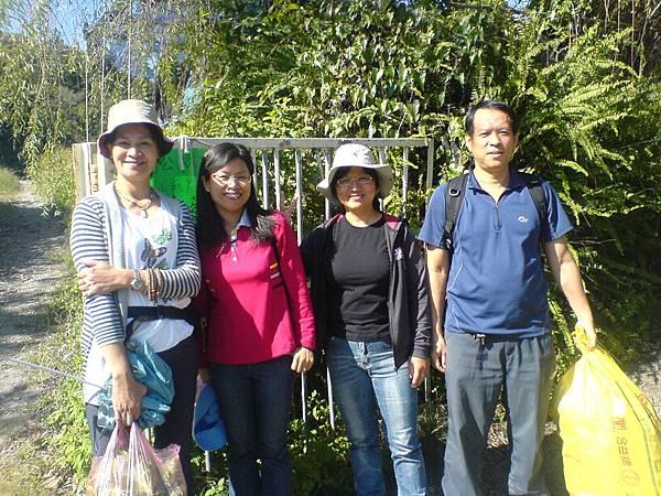 李財源夫妻、張小姐及賴小姐參觀農場