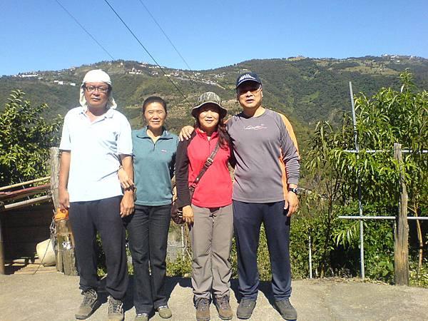 呂大哥夫妻和張大哥夫妻參觀茶園