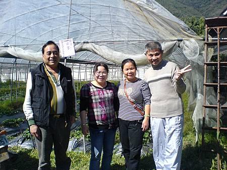 曾照堂姐曾麗珠及曾筱蓉夫妻參觀農場草莓園