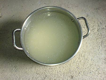 步驟[二]稀湯倒入置物箱