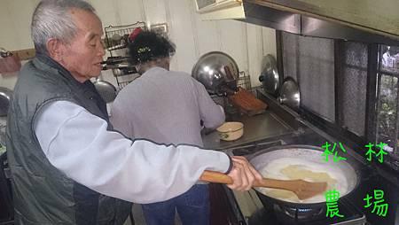 煮小米粥的過程_用木杓攪拌