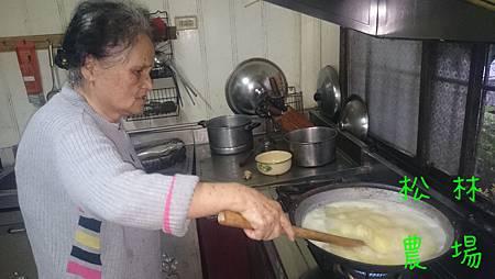 煮小米粥的過程_每隔一、兩分鐘攪拌