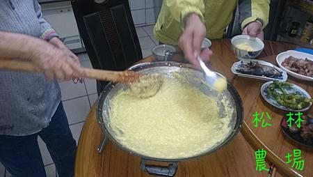 吃小米粥時先把粥撈到鍋邊再撈進碗裡,更好吃