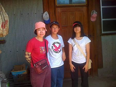 阿珍與叔愉叔和參觀茶園原住民的工寮