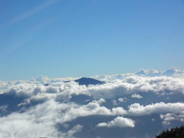 雲海中的玉山山頭