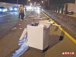 「快速道竟有洗衣機 賓士衰撞」的圖片搜尋結果