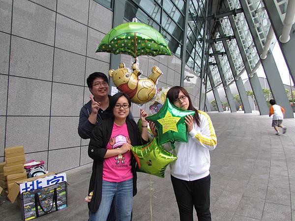 外頭風雨再大 我們幫小姐撐傘,維尼熊 代表我們陪小姐完成世界巡迴,P.S.經心策劃者Stopfish。。。鼓掌鼓掌