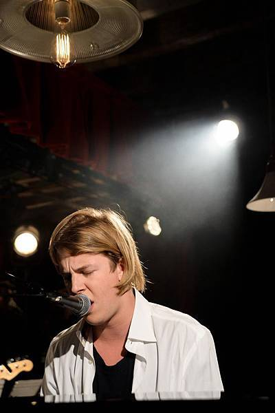 Tom Odell performing at Burberry Acoustic Presents Tom Odell (2)