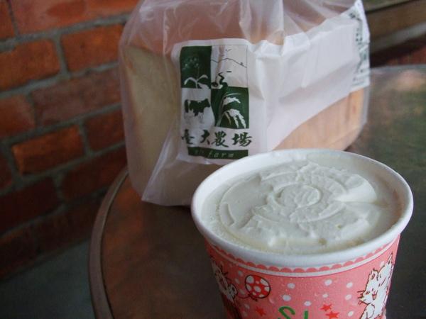 台大農場---胡蘿蔔吐司 & 冰淇淋